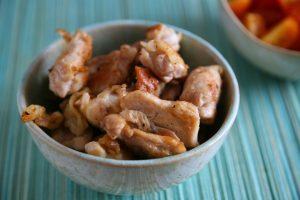 kleine Stücke Hühnerfleisch, goldbraun gebraten