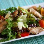 Grüner Salat mit Käselocken, Tomaten, gebratenen Hühnerfleisch Stücken