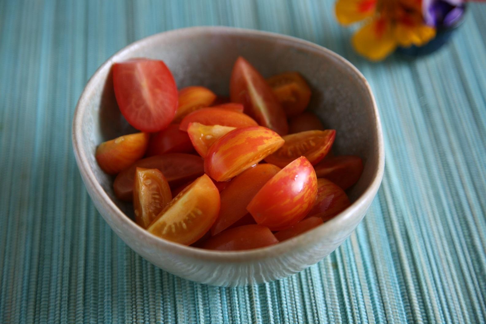 eine Schale mit geschnittenen Tomaten