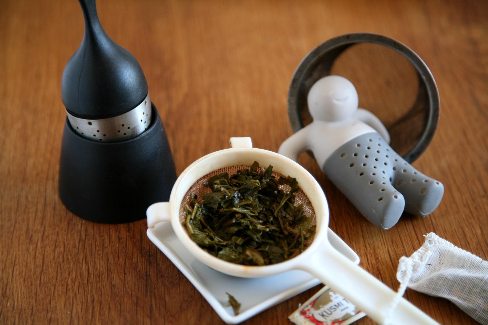 Teesieb, Teebeutel, Teemännchen und ein Teeeil