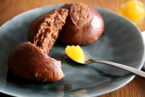 Schokobrötchen mit einem Teelöffel Ananasmarmelade