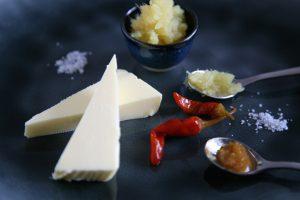 Butter mit Ingwerpüree und Piri Piri Schoten