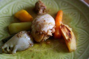 Tagine mit Huhn und Gemüse auf Teller angerichtet