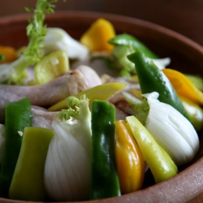 Tagine/Tajine mit Huhn Fleisch und Gemüse im Topf