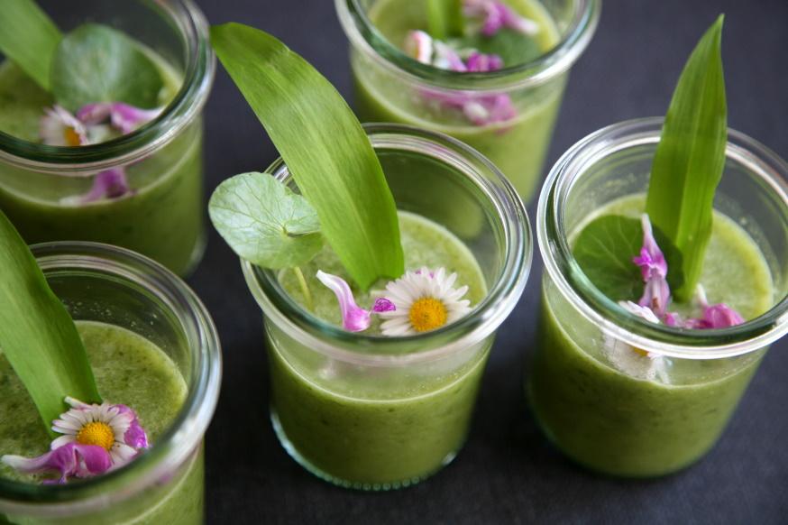 grüne Kräutersuppe in kleinen Weckgläsern